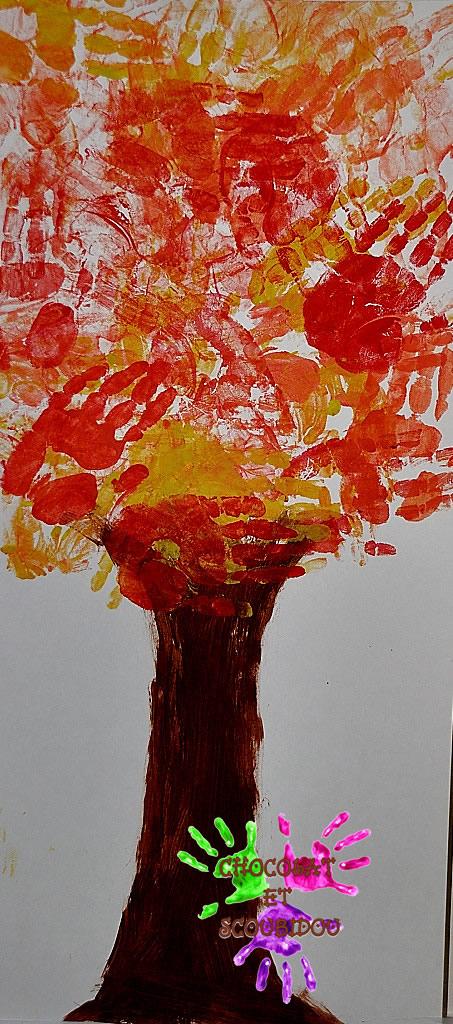Arbre d'automne peint avec les mains